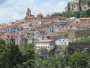 The village of Morella, built around the hill, at the foot of the castle.