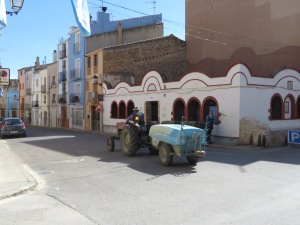 Tractors are the preferred mode of delivery here in Sant Mateu ... they deliver almost anything ??!!